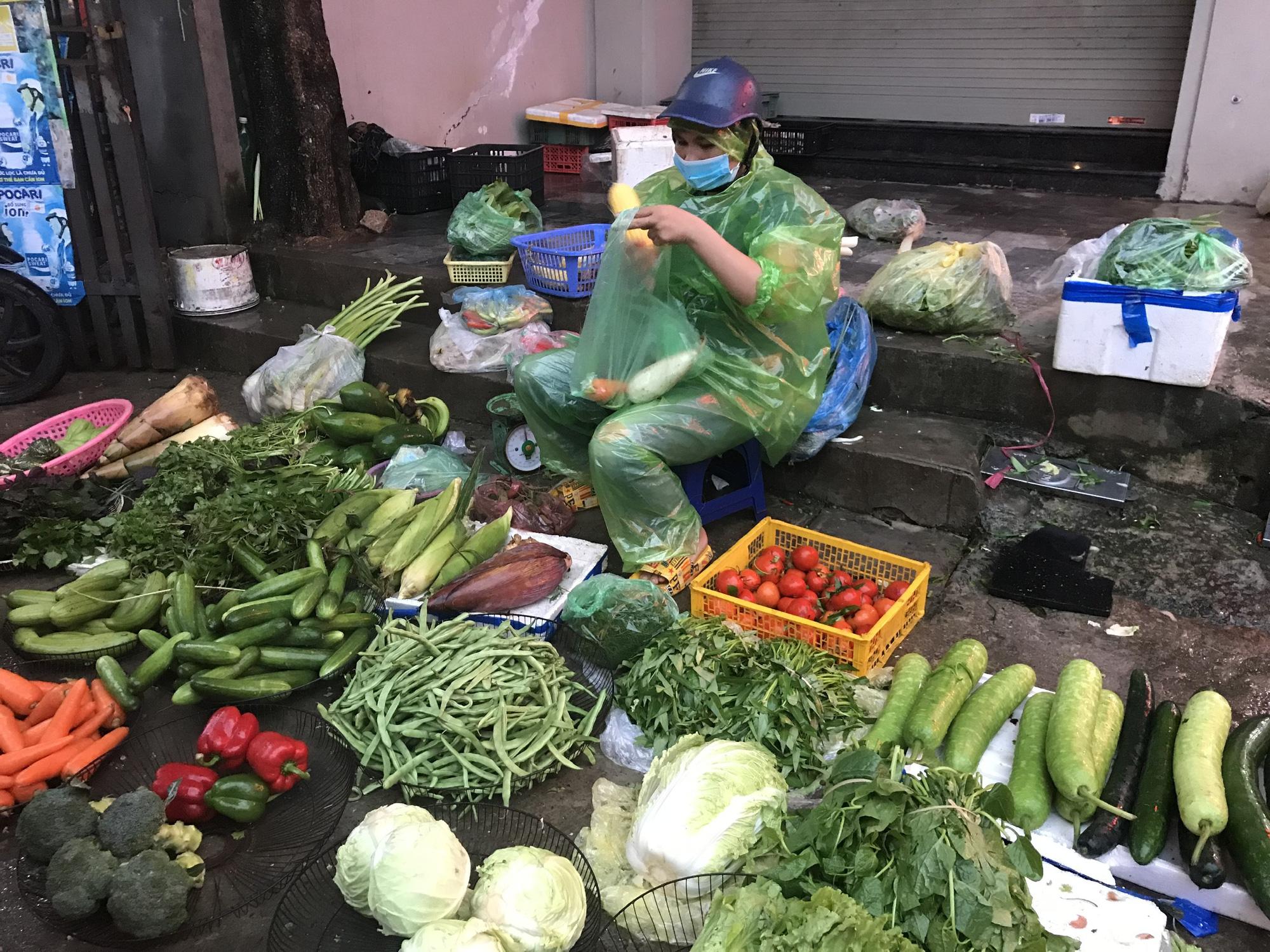 Hà Nội: Giá rau xanh tăng mạnh, người mua sững sờ - Ảnh 1.