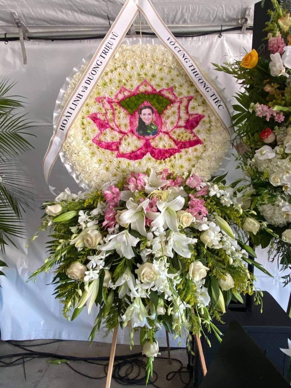 Cách xa nửa vòng trái đất, Hoài Linh vẫn gửi vòng hoa đến tang lễ Phi Nhung - Ảnh 1.