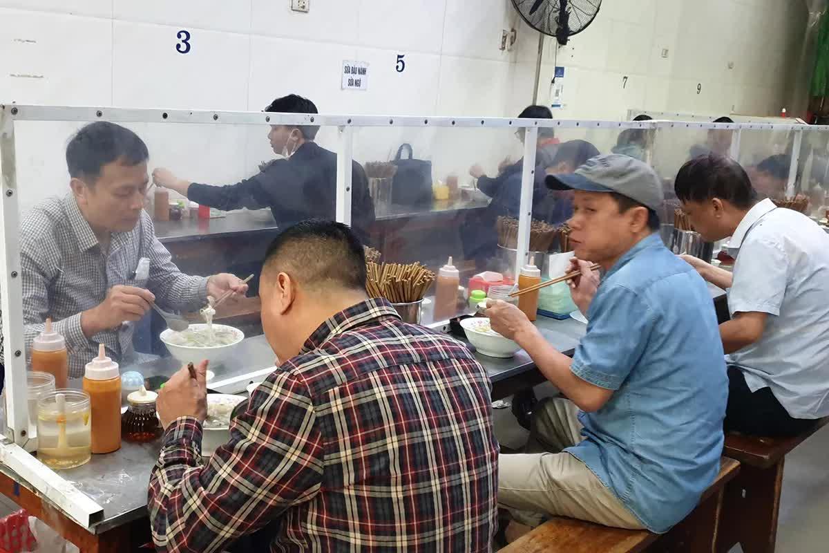 Nhiều quán phở quá tải trong ngày đầu tiên được ăn tại chỗ - Ảnh 9.