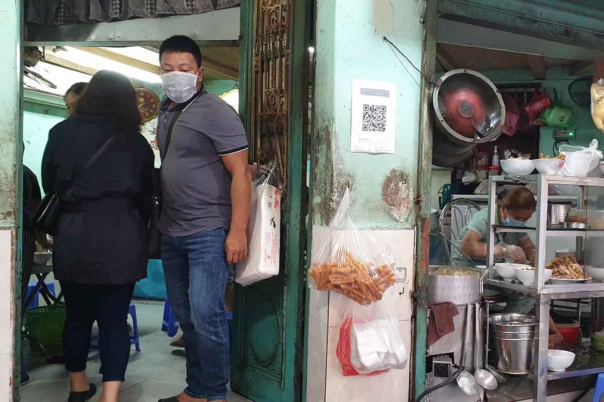 Nhiều quán phở quá tải trong ngày đầu tiên được ăn tại chỗ - Ảnh 12.