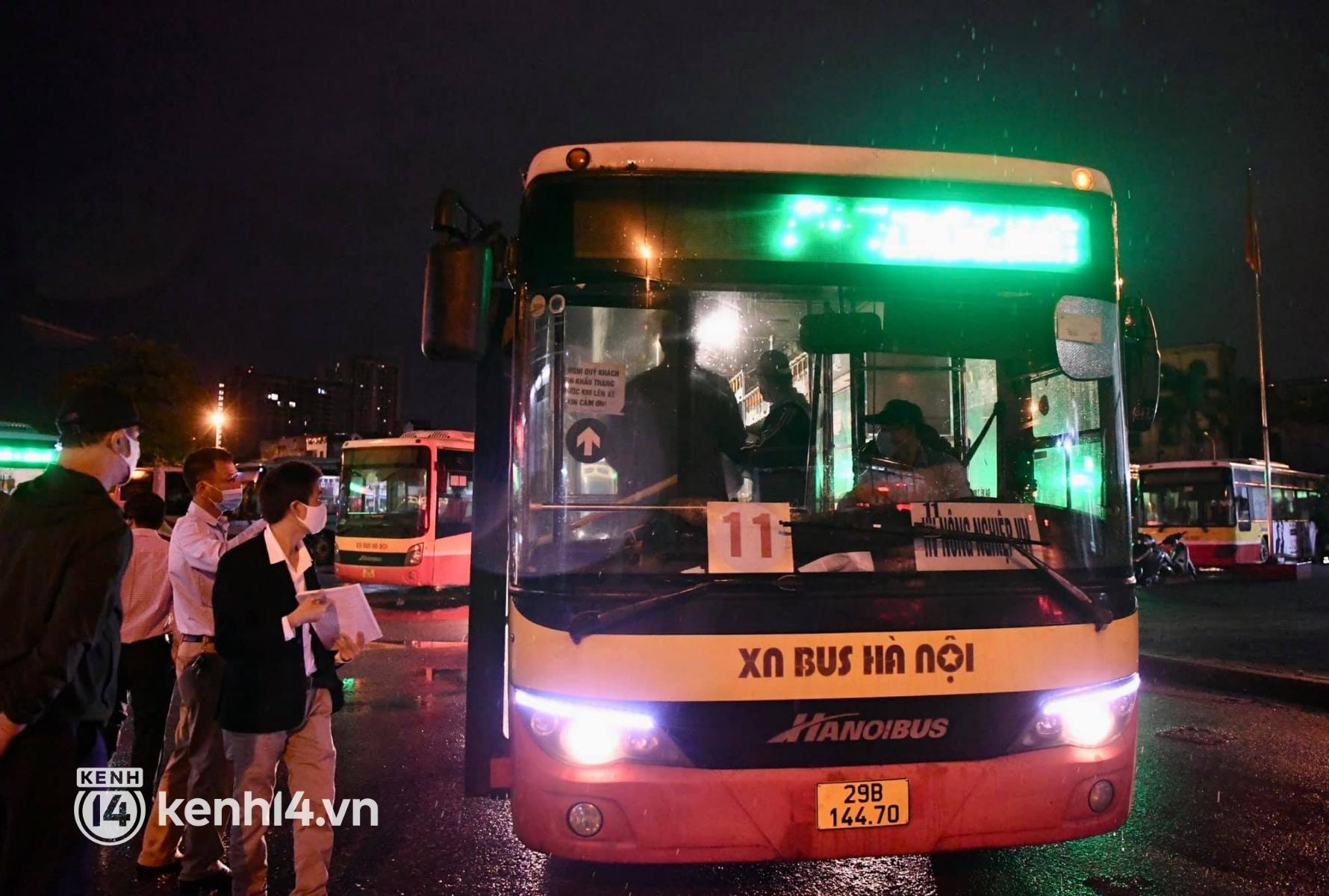 Hà Nội: Xe buýt, taxi hối hả chuẩn bị cho ngày đầu được hoạt động, đón khách trở lại - Ảnh 3.