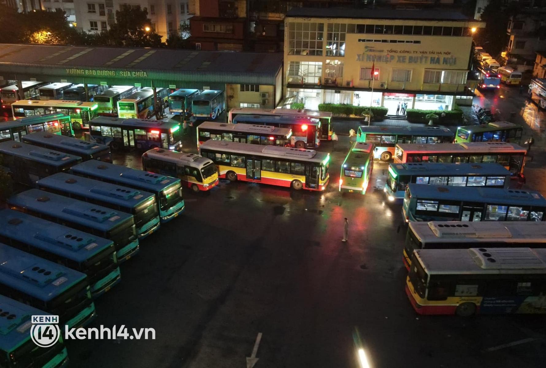 Hà Nội: Xe buýt, taxi hối hả chuẩn bị cho ngày đầu được hoạt động, đón khách trở lại - Ảnh 1.