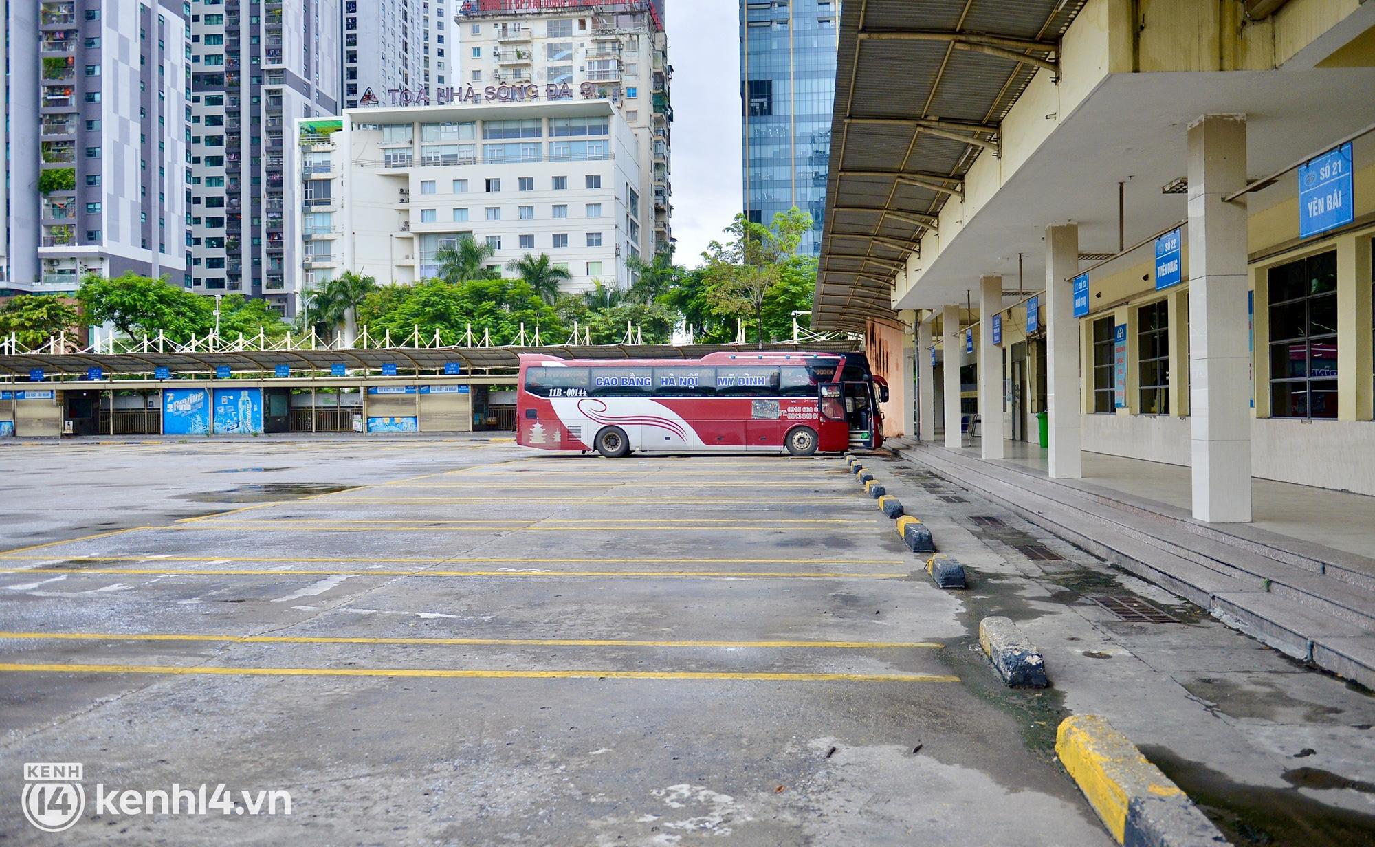 Hà Nội ngày đầu nối lại vận tải liên tỉnh: Cả bến xe chỉ có duy nhất 1 chuyến, nhiều người dân thất vọng phải quay về - Ảnh 2.