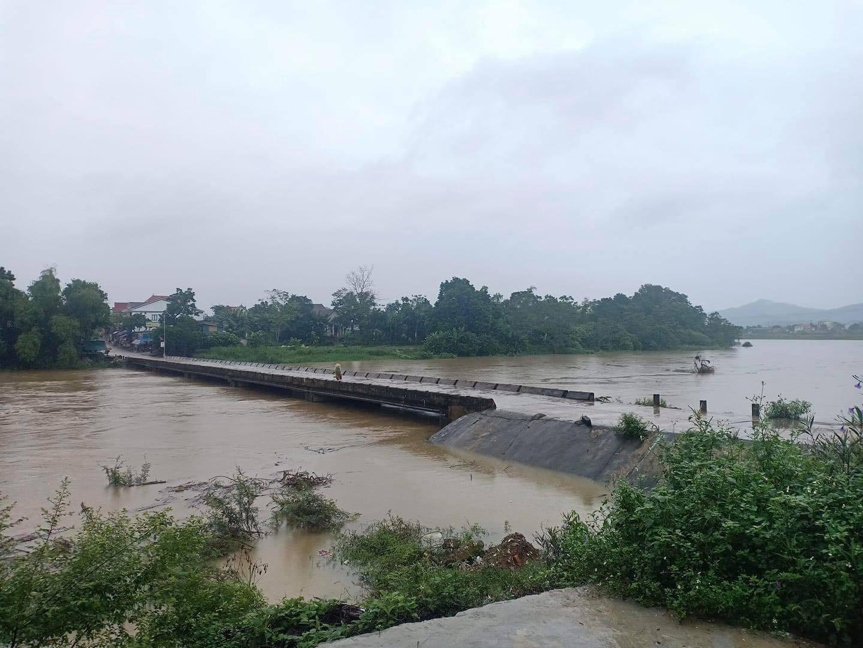 Hơn 42.000 học sinh Hà Tĩnh nghỉ học do ảnh hưởng của bão số 8 - Ảnh 1.
