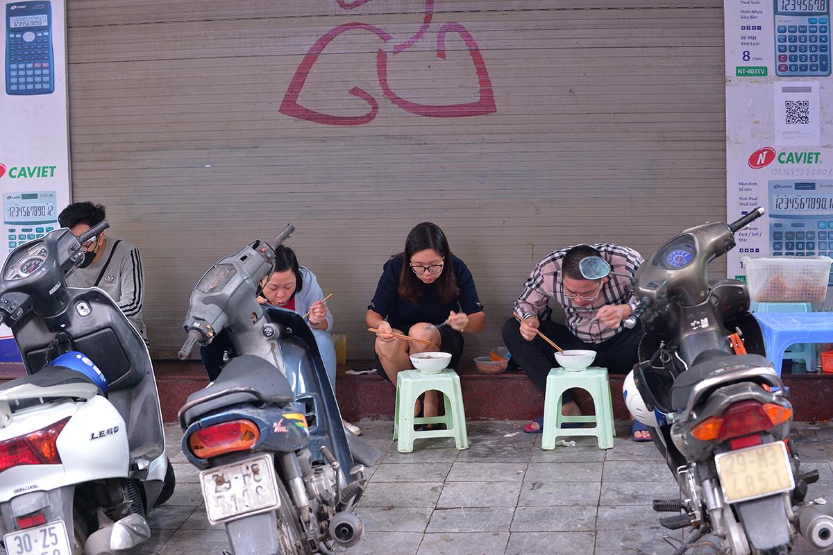 Nhiều quán phở quá tải trong ngày đầu tiên được ăn tại chỗ - Ảnh 5.