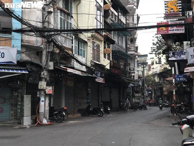 Hàng quán phố cổ Hà Nội nghỉ Tết kéo dài, khách sạn rao bán la liệt bằng tờ rơi - Ảnh 1.
