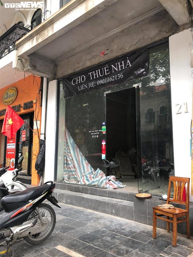 Hàng quán phố cổ Hà Nội nghỉ Tết kéo dài, khách sạn rao bán la liệt bằng tờ rơi - Ảnh 10.