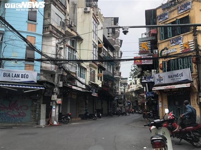 Hàng quán phố cổ Hà Nội nghỉ Tết kéo dài, khách sạn rao bán la liệt bằng tờ rơi - Ảnh 2.
