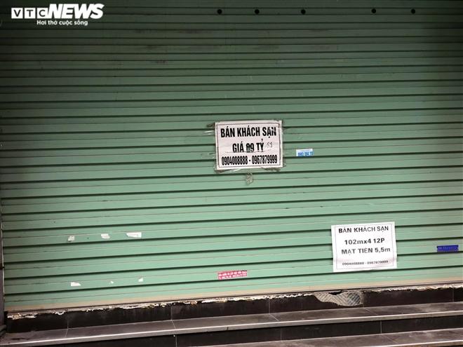 Hàng quán phố cổ Hà Nội nghỉ Tết kéo dài, khách sạn rao bán la liệt bằng tờ rơi - Ảnh 7.