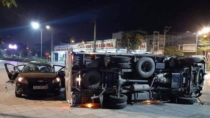 Xe conatiner bị lật, đè 2 người đi xe máy tử vong thương tâm - Ảnh 2.