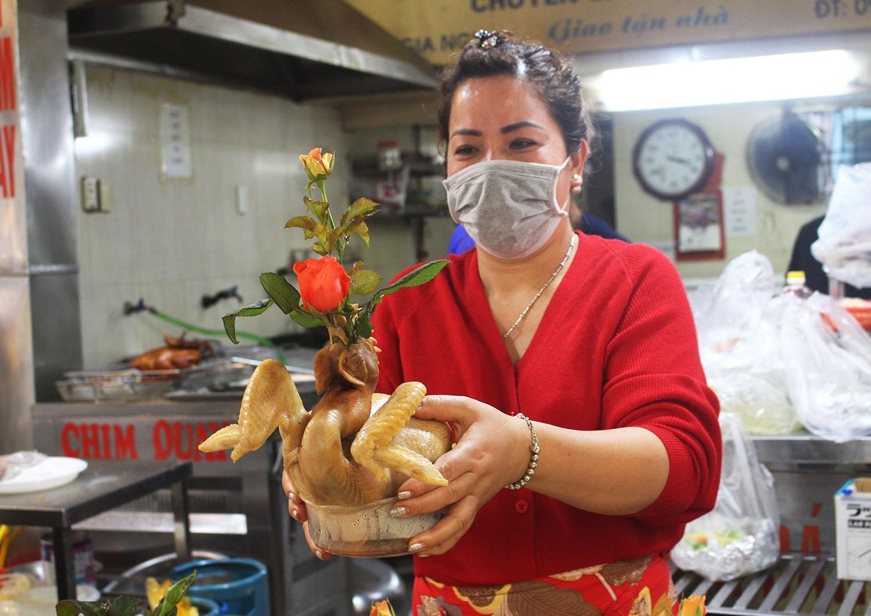 """Gà ngậm hoa hồng đắt khách tại """"chợ nhà giàu"""" Hà Nội ngày Rằm tháng Giêng - Ảnh 4."""