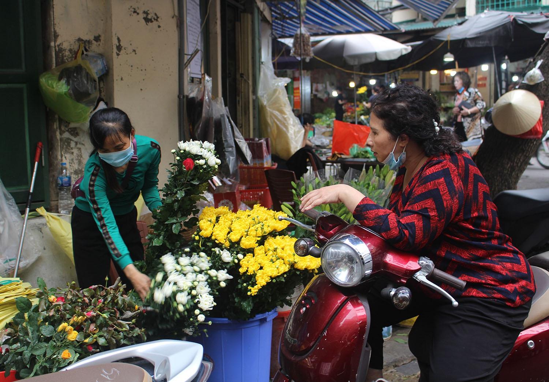 """Gà ngậm hoa hồng đắt khách tại """"chợ nhà giàu"""" Hà Nội ngày Rằm tháng Giêng - Ảnh 1."""