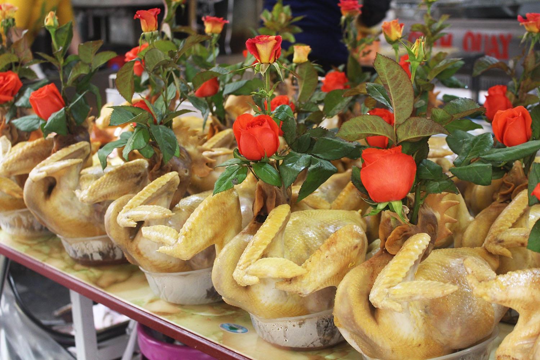 """Gà ngậm hoa hồng đắt khách tại """"chợ nhà giàu"""" Hà Nội ngày Rằm tháng Giêng - Ảnh 3."""