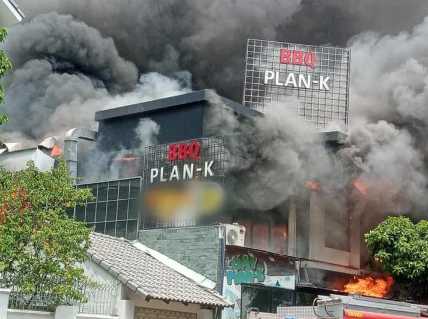"""TP.HCM: Nhà hàng BBQ """"khu nhà giàu"""" Thảo Điền bốc cháy dữ dội, nhân viên và thực khách hoảng loạn bỏ chạy - Ảnh 1."""