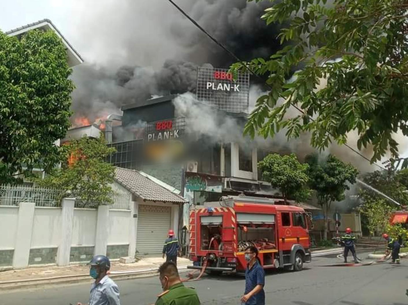 """TP.HCM: Nhà hàng BBQ """"khu nhà giàu"""" Thảo Điền bốc cháy dữ dội, nhân viên và thực khách hoảng loạn bỏ chạy - Ảnh 2."""