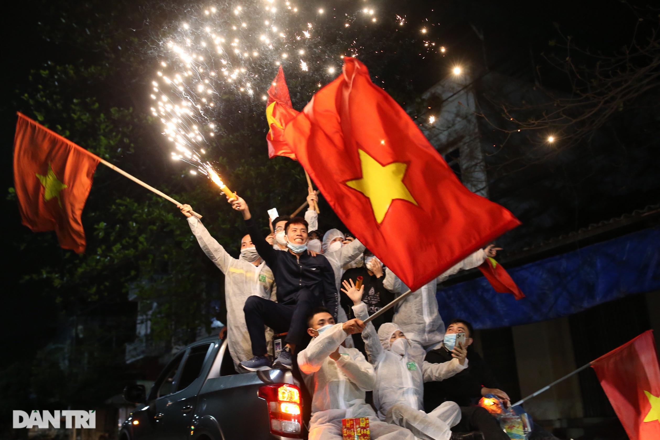 Pháo hoa rực rỡ, người dân vỡ òa cảm xúc khi TP Chí Linh được gỡ phong tỏa - Ảnh 14.