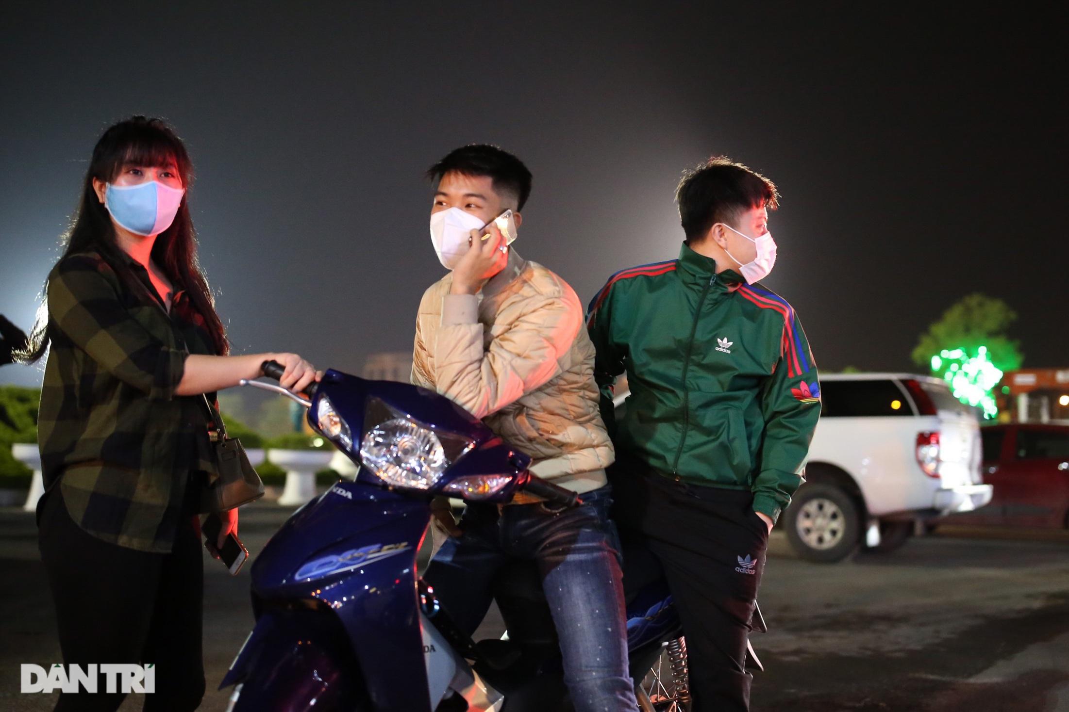Pháo hoa rực rỡ, người dân vỡ òa cảm xúc khi TP Chí Linh được gỡ phong tỏa - Ảnh 3.
