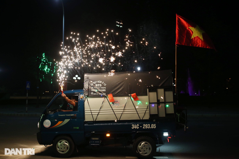 Pháo hoa rực rỡ, người dân vỡ òa cảm xúc khi TP Chí Linh được gỡ phong tỏa - Ảnh 15.