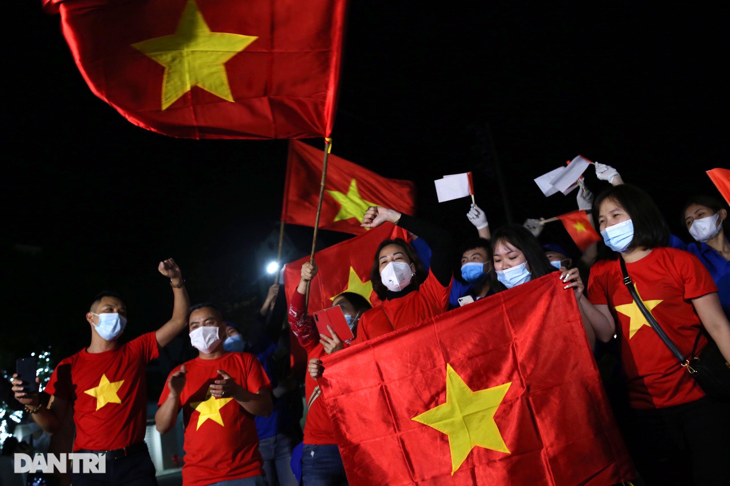 Pháo hoa rực rỡ, người dân vỡ òa cảm xúc khi TP Chí Linh được gỡ phong tỏa - Ảnh 4.
