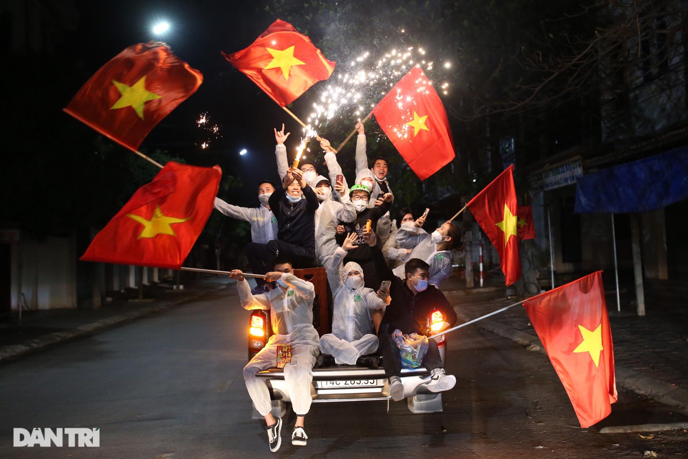Pháo hoa rực rỡ, người dân vỡ òa cảm xúc khi TP Chí Linh được gỡ phong tỏa - Ảnh 13.
