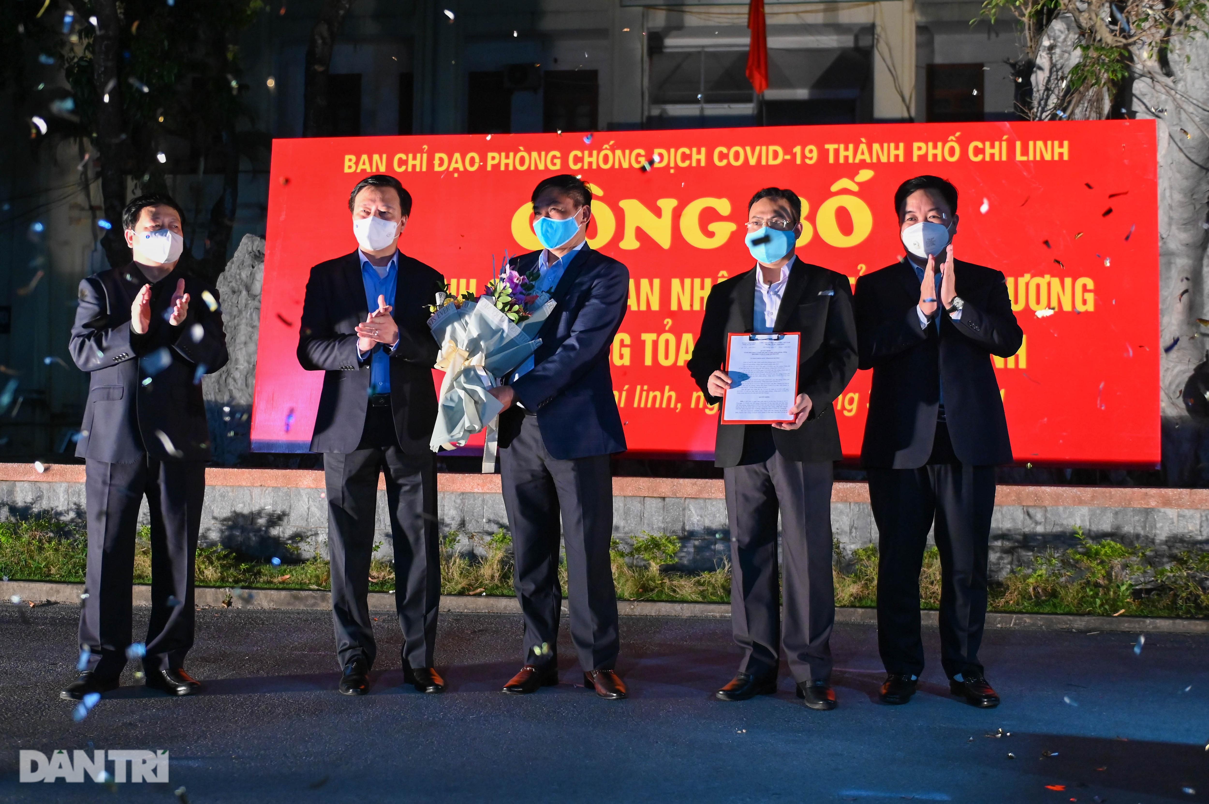 Pháo hoa rực rỡ, người dân vỡ òa cảm xúc khi TP Chí Linh được gỡ phong tỏa - Ảnh 5.