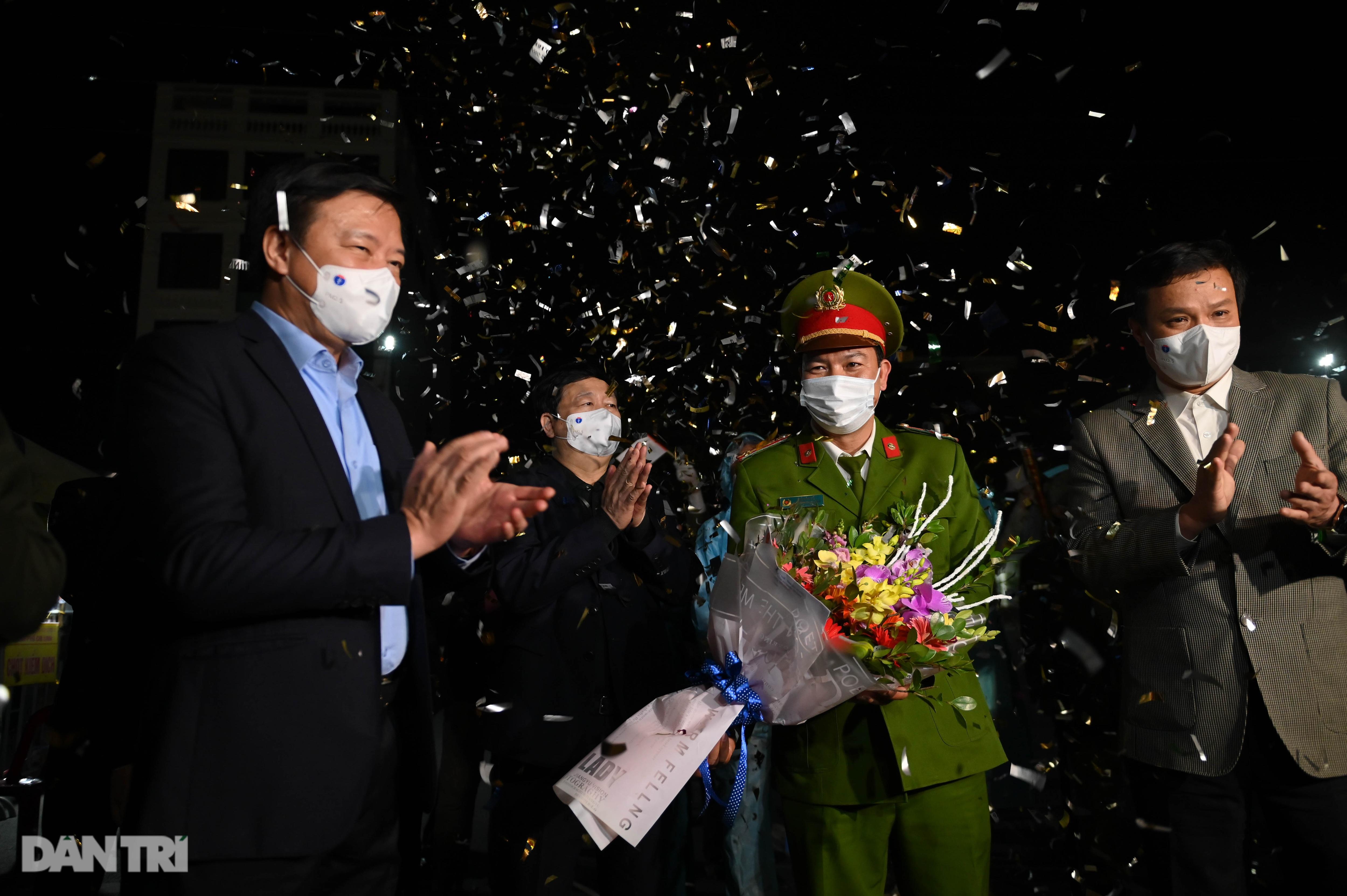 Pháo hoa rực rỡ, người dân vỡ òa cảm xúc khi TP Chí Linh được gỡ phong tỏa - Ảnh 6.