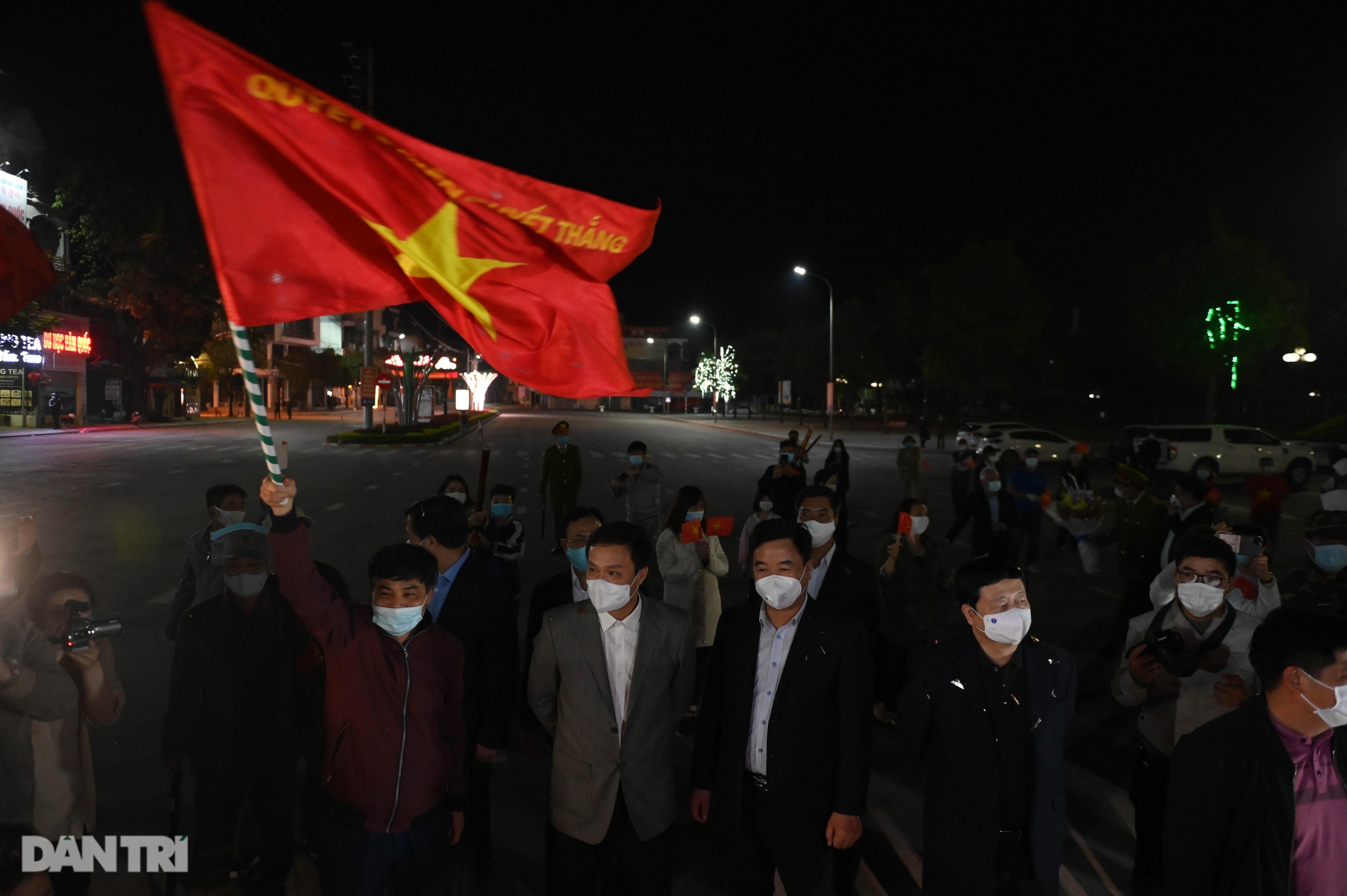 Pháo hoa rực rỡ, người dân vỡ òa cảm xúc khi TP Chí Linh được gỡ phong tỏa - Ảnh 8.