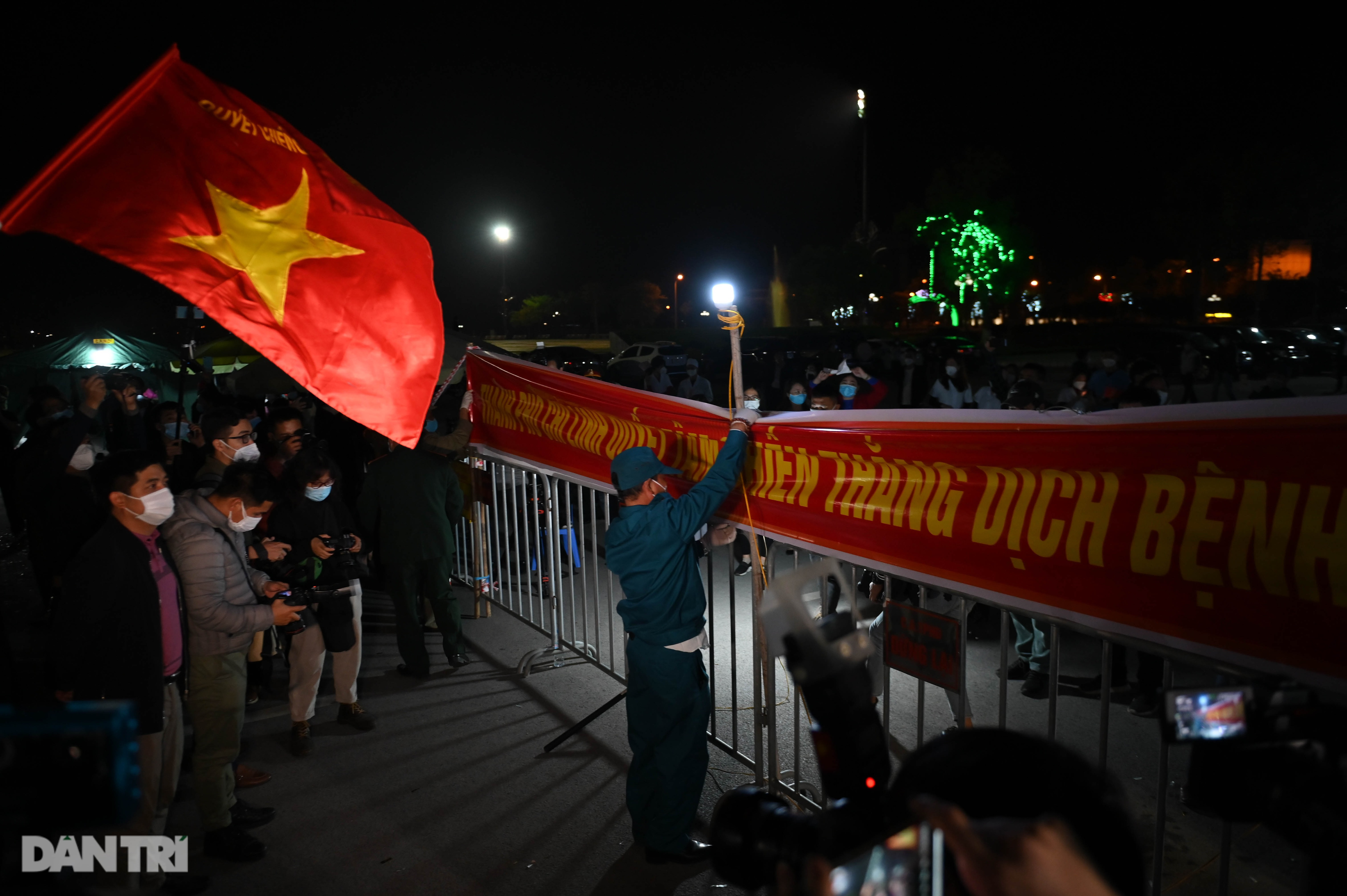 Pháo hoa rực rỡ, người dân vỡ òa cảm xúc khi TP Chí Linh được gỡ phong tỏa - Ảnh 10.