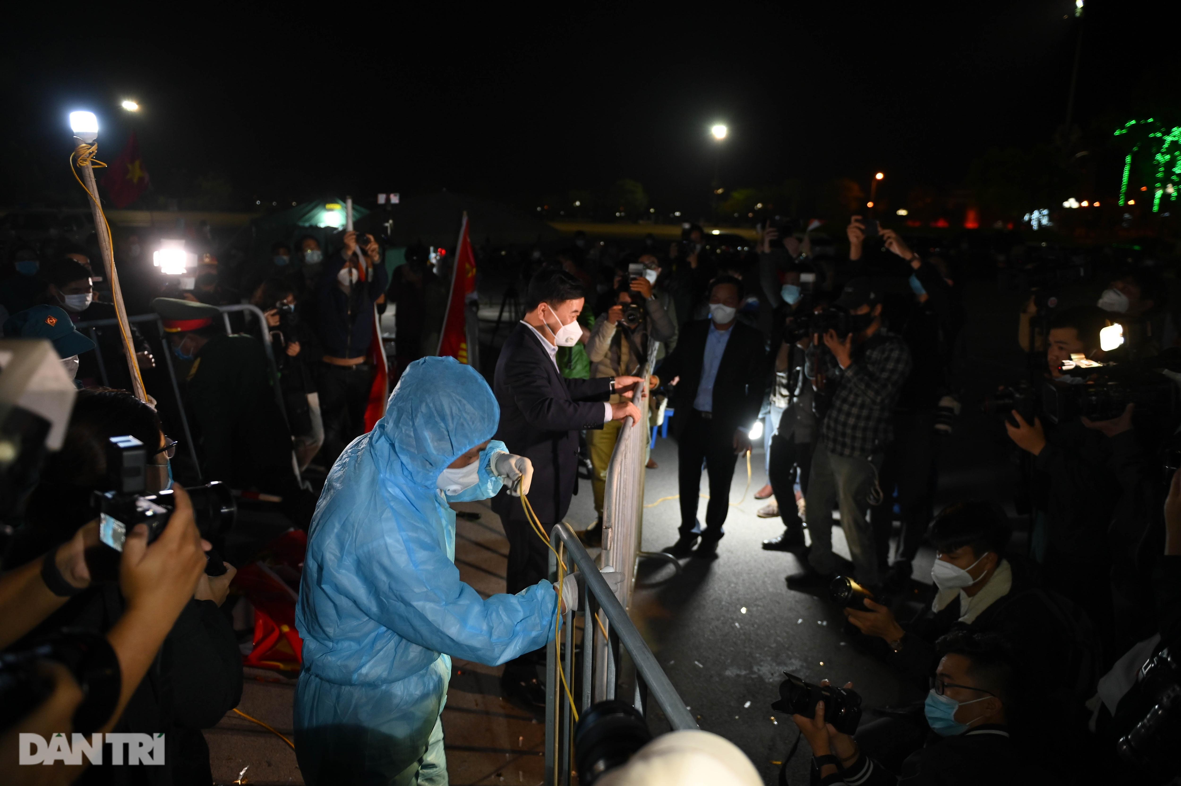 Pháo hoa rực rỡ, người dân vỡ òa cảm xúc khi TP Chí Linh được gỡ phong tỏa - Ảnh 7.