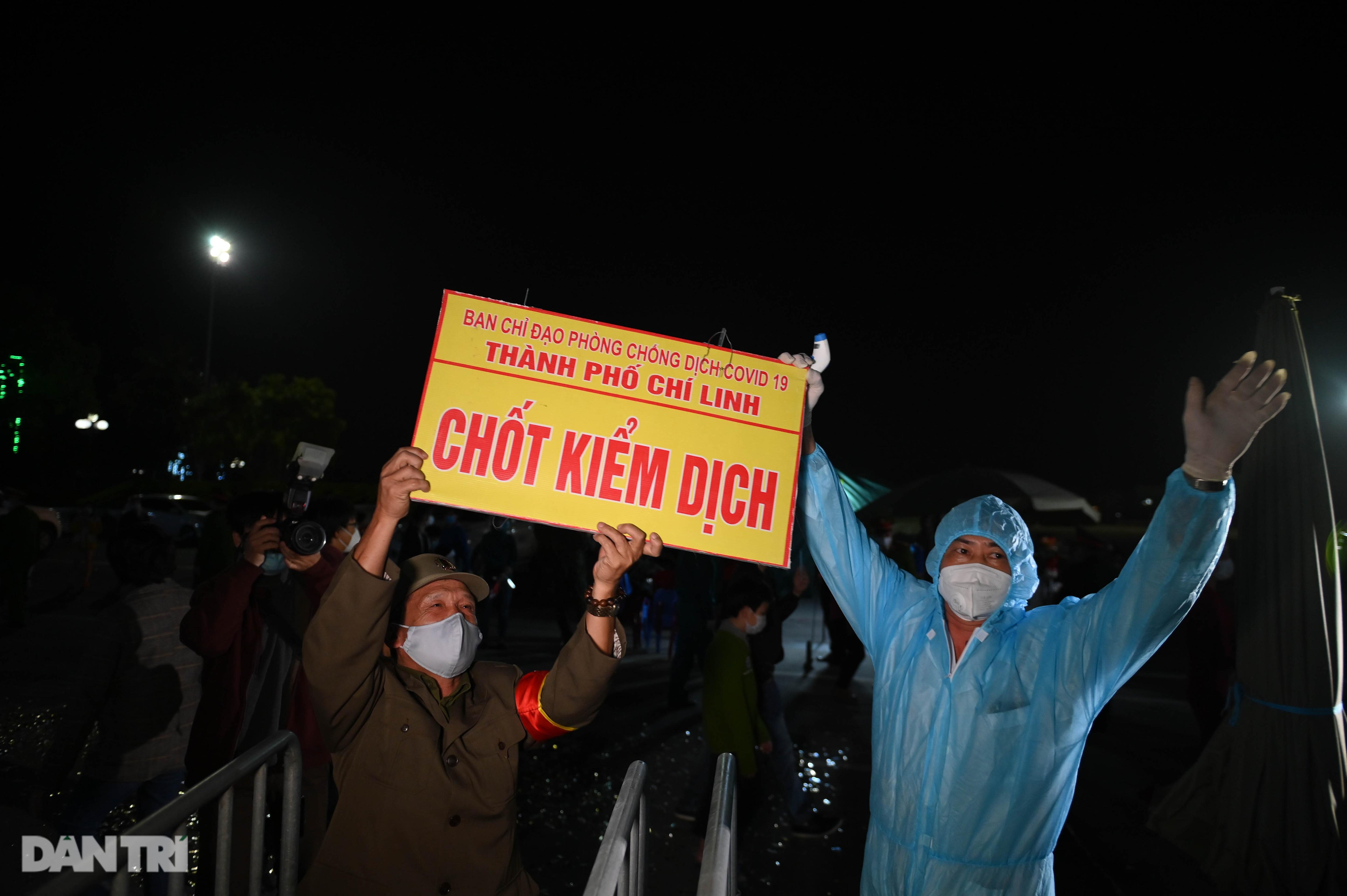 Pháo hoa rực rỡ, người dân vỡ òa cảm xúc khi TP Chí Linh được gỡ phong tỏa - Ảnh 9.