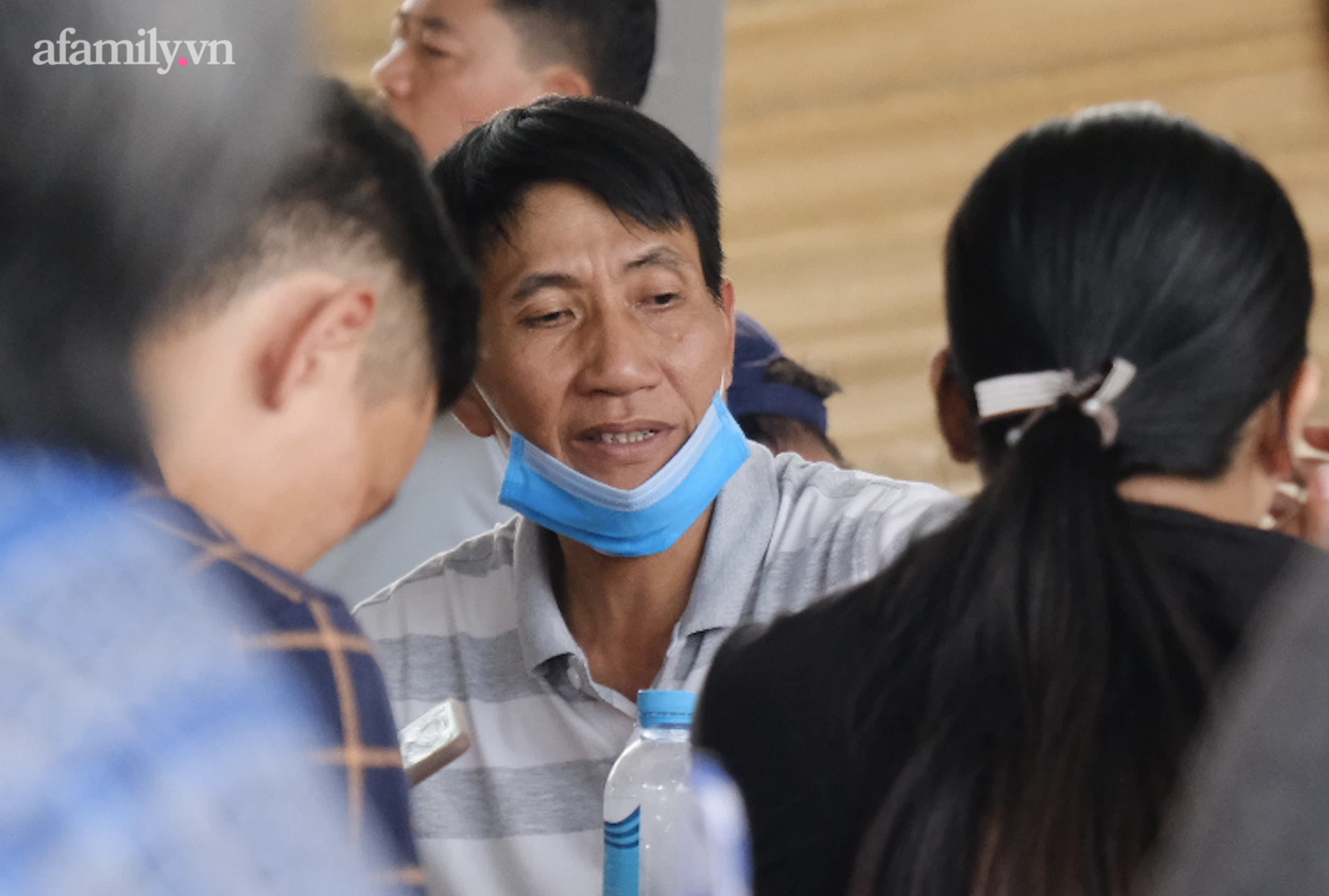 Đau xót cảnh quan tài 6 nạn nhân vụ cháy kinh hoàng ở TP Thủ Đức được chở về, người thân không đứng vững  - Ảnh 4.