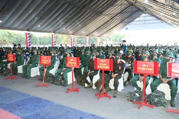 Thiếu tướng Lê Quốc Hùng - Thứ trưởng Bộ Công an dự lễ giao nhận quân tại Đồng Nai - Ảnh 3.