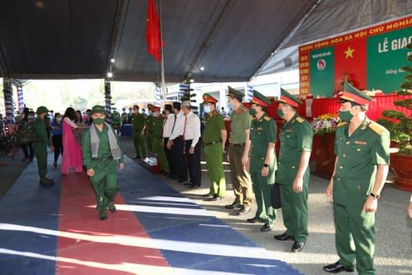 Thiếu tướng Lê Quốc Hùng - Thứ trưởng Bộ Công an dự lễ giao nhận quân tại Đồng Nai - Ảnh 7.