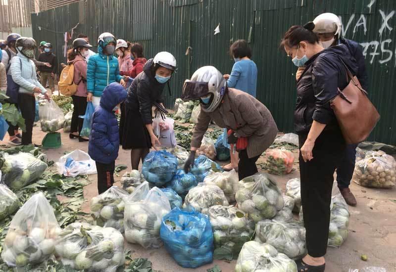 Trái cây dội chợ giá rẻ hơn rau, bán cả chục tấn/ngày - Ảnh 3.