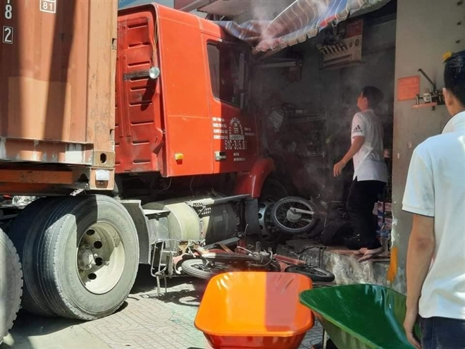 Xe container lùa nhiều xe máy, lao vào nhà dân khiến 1 tử vong  - Ảnh 1.