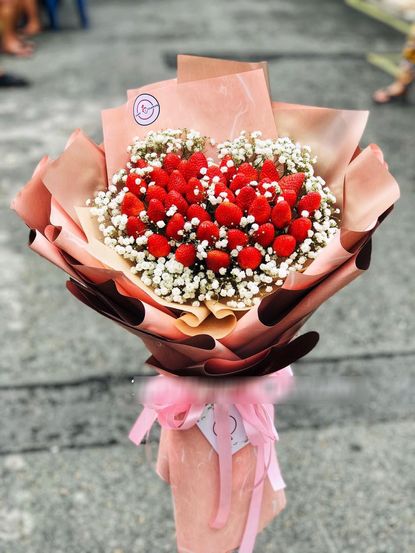 """""""Bỏng tay"""" với bó hoa dâu tây siêu lạ, ngắm đẹp, ăn ngon dịp 8/3 - Ảnh 1."""