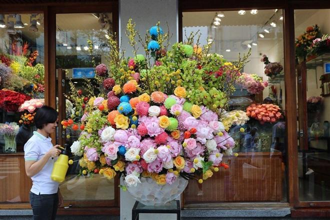 Dân nhà giàu đồng loạt chi vài chục triệu đồng mua hoa 8/3 - Ảnh 1.