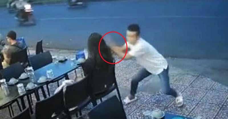 Khoảnh khắc cô gái trẻ bị giật phăng chiếc điện thoại trên tay khi đang ngồi uống nước bên đường khiến ai nấy choáng váng - Ảnh 2.