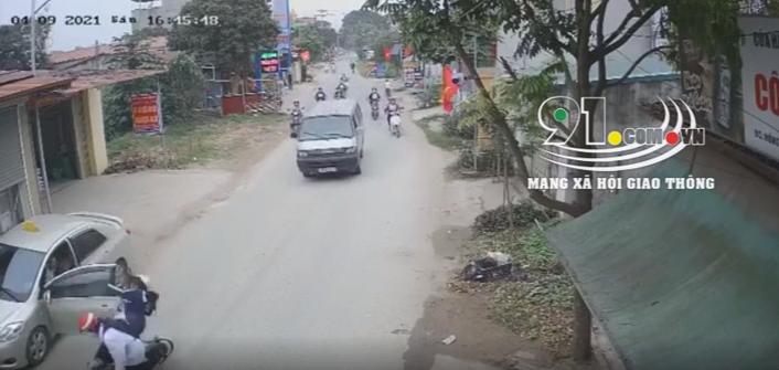 Cú đánh lái xuất thần của tài xế ô tô cứu mạng 2 nữ sinh trong gang tấc, tránh được tai nạn thảm khốc xảy ra - Ảnh 2.