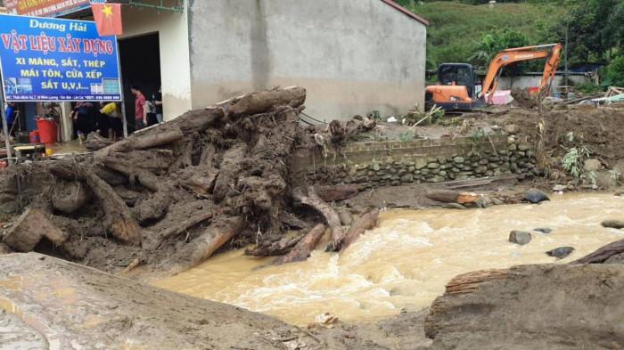 Nguyên nhân xảy ra lũ ống trong đêm khiến 3 người chết ở Lào Cai - Ảnh 2.