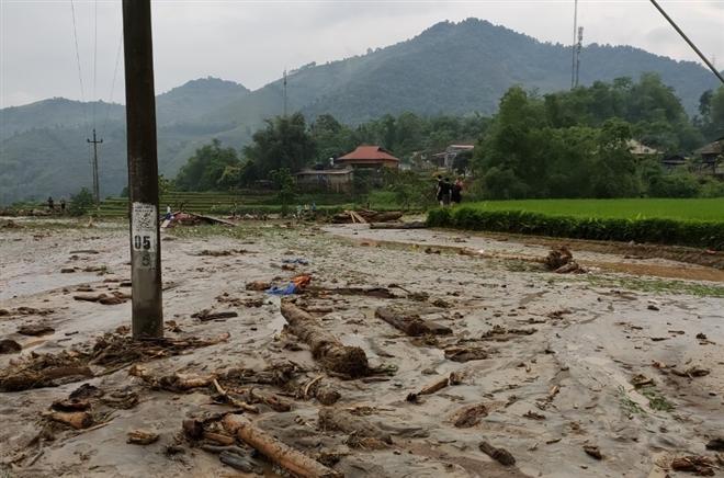 Lũ ống ập về Lào Cai lúc rạng sáng, 3 người chết và mất tích - Ảnh 1.