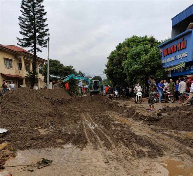 Lũ ống ập về Lào Cai lúc rạng sáng, 3 người chết và mất tích - Ảnh 2.