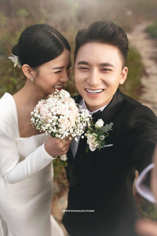 Nhìn ảnh cưới của Phan Mạnh Quỳnh mà mê mẩn trước nhan sắc cô dâu: Từ gương mặt đến vóc dáng gợi cảm chẳng kém Hoa hậu - Ảnh 2.