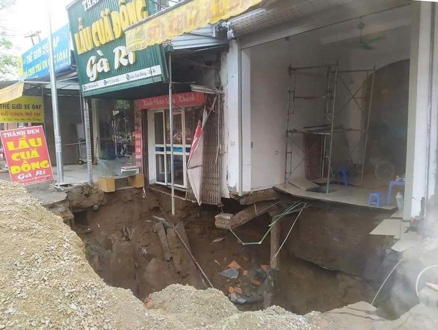 """Cận cảnh hố tử thần sâu 5m """"nuốt"""" nhà dân ở Hà Nội - Ảnh 6."""