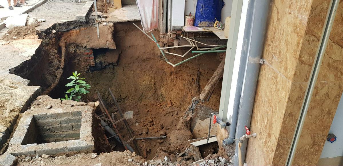 """Cận cảnh hố tử thần sâu 5m """"nuốt"""" nhà dân ở Hà Nội - Ảnh 4."""