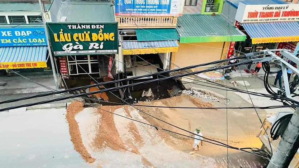 """Cận cảnh hố tử thần sâu 5m """"nuốt"""" nhà dân ở Hà Nội - Ảnh 1."""