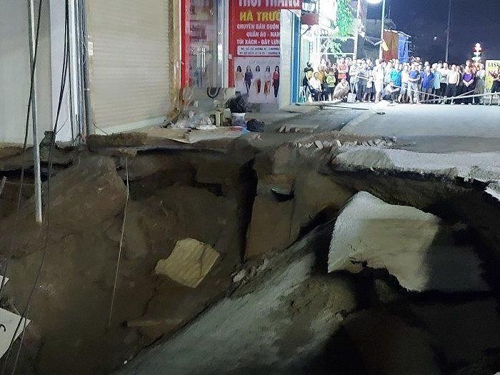 """Hà Nội: Xuất hiện hố """"tử thần"""" sâu 5m, tạm thời sơ tán các hộ dân xung quanh - Ảnh 1."""