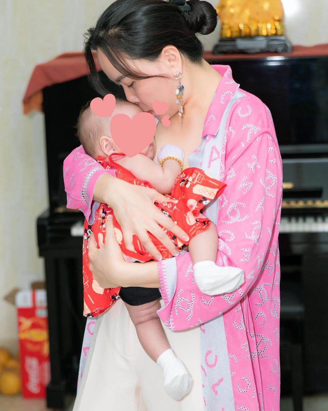 Phượng Chanel khoe hình con gái lúc mới được vài tháng tuổi? - Ảnh 1.