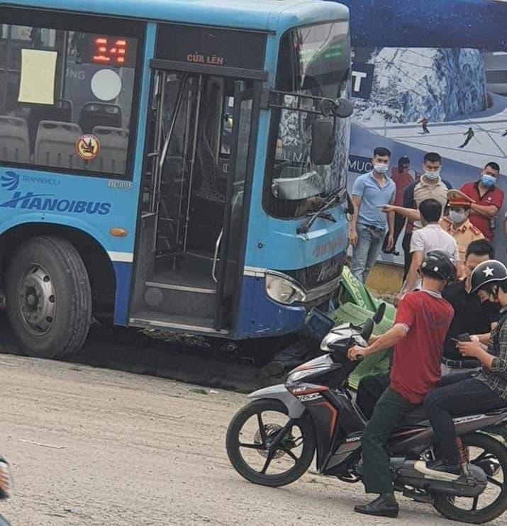 Hà Nội: Xe buýt lao lên vỉa hè, tông chết người đi bộ - Ảnh 2.