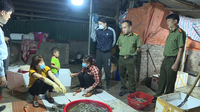 Hà Nội: Bắt quả tang đơn vị chuyên bơm tạp chất vào tôm để cung cấp cho nhiều nhà hàng - Ảnh 2.
